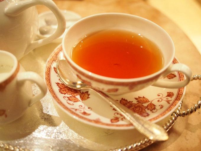 お友達の紅茶は季節限定の「パルフェタムール」 インド、スリランカ、ケニアのブレンド紅茶にバニラ、スミレ、柑橘の香りを付けたフレーバーティーです。こちらもミルクティーにあう紅茶でモンブランパフェにも良く合う紅茶でした。