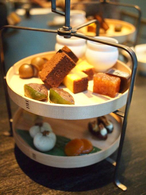 HIGASHIYA man 丸の内の和のアフタヌーンティーセット「茶間食」のケーキスタンド。この他、おこわなどが入っている一の盆が付きます。