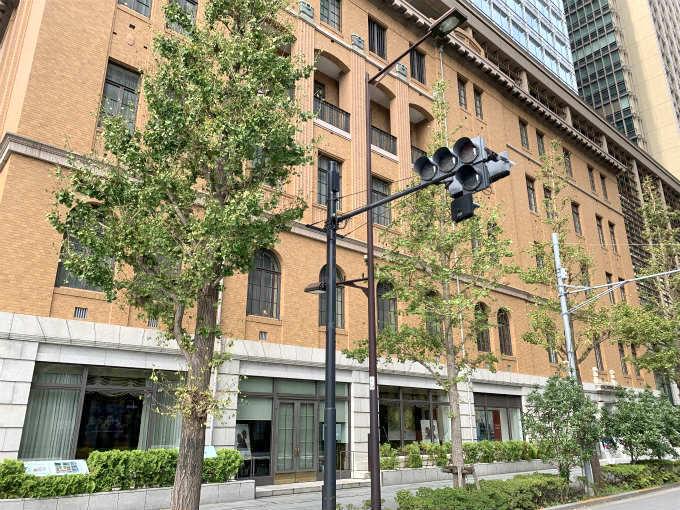 HIGASHIYA man 丸の内が入っている三菱UFJ信託銀行本店ビル。こちらは東京駅側から見たところ。東京駅のほうからみるとHIGASHIYA man 丸の内は建物の反対側に位置しています。