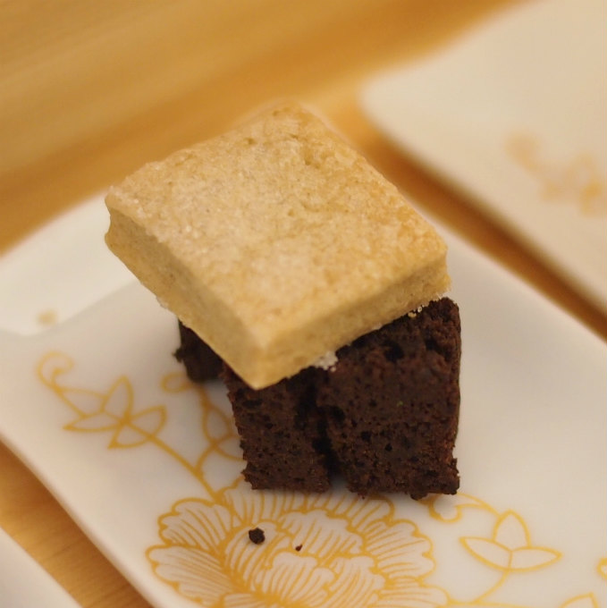 ガトーショコラ上に乗っているのはショートブレッドのようなサクサクしたクッキーでした。