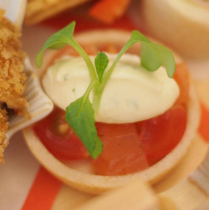 サーモンとクリームチーズの最中カナッペ最中がカナッペになっているなんて!素敵なアイデアですよね!そして美味しい!