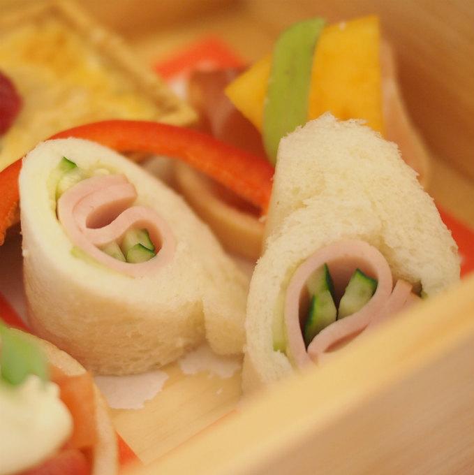 胡瓜とハムのロールサンド和のアフタヌーンティーでもキュウリのサンドウィッチがあるのは嬉しくなります!