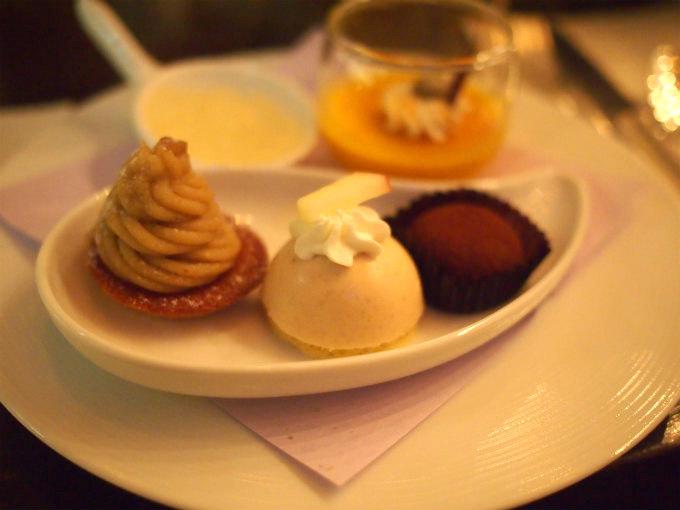 左からタルトモンブラン、紅茶ムース、カシスガナッシュ