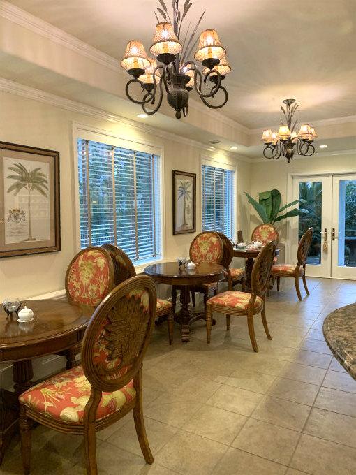 扉を開けると右にカウンター、左にテーブル席があります。