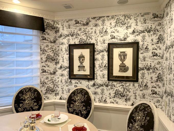 個室の壁紙はモノトーンのトワルドジュイ(牧歌的な風景、神話、天使がモチーフになった主に2色展開のデザイン)で椅子やアートもモノトーンで統一されています。