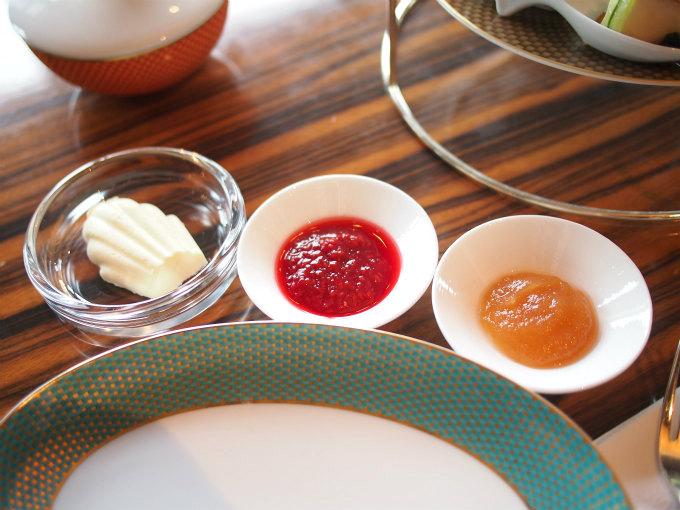 スコーンのスプレッドはクロテッドクリーム、いちごジャム、りんごとスパイスのジャム