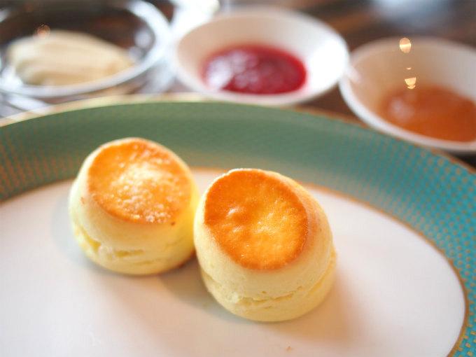 左がゴーダ&グラナパダーノチーズのスコーン右がレモンスコーンレモンスコーンにりんごとスパイスのジャムの組み合わせが一番お気に入りでした。