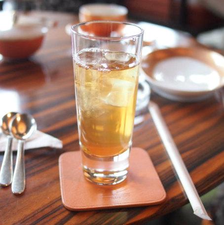 オリエンタルラウンジでは紅茶はすべてアイスティーにしてくれます。こちらはダージリン