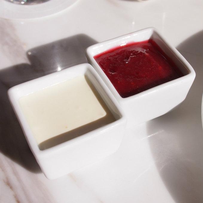 スプレッドはクロテッドクリームとセレストのコンフィチュール