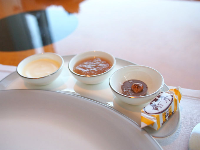 こちらは私のチョイス。いちじくのジャムと塩チョコとキャラメルファッジ。クロテッドクリームは必ず付いています。