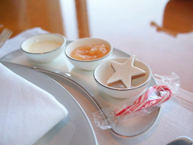 こちらはお友達のチョイス。林檎ジャムとジンジャークッキーとミントキャンディ。