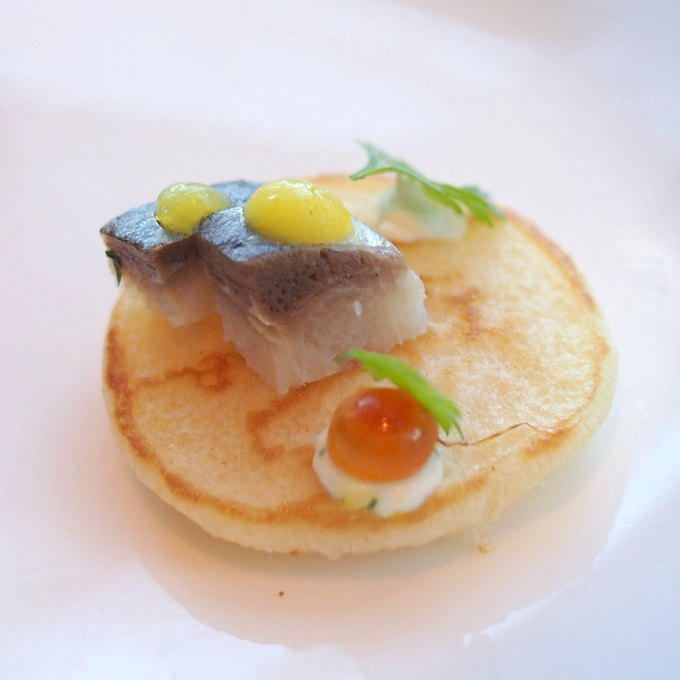 ブリニ 燻製にした鰊 ホースラディッシュ いくら★こちらもテレビでマツコさんが食べていたもの。