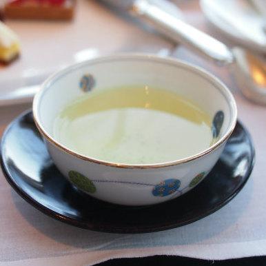 こちらは宇治やぶきた。日本茶はお湯のみでサーブされます。
