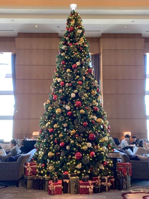 入るとすぐに、大きなクリスマスツリーがお出迎え。