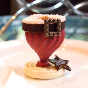 チョコレート細工の菓子サンタさんのチョコレートとのことだけど、まさか胴の部分だけとは!!!全部食べられるのもスゴイ!