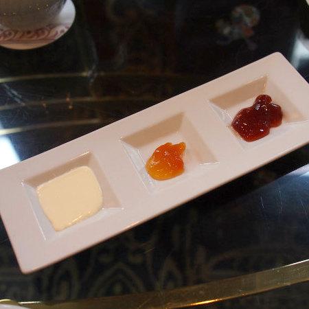 スコーンのスプレッドはクロテッドクリームとマーマレードと苺ジャム
