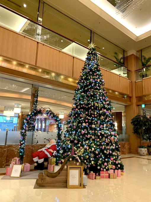 12月だったので大きなクリスマスツリーが飾ってありました。