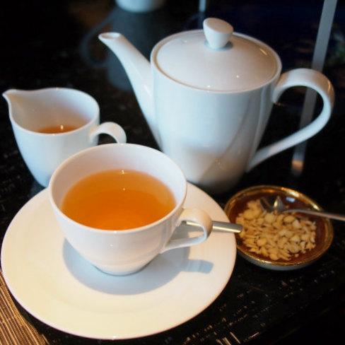 カシミール カフワ  カシミールの緑茶をベースにシナモン、カルダモン、サフラン、ローズペダルを加えたフレーバーティー。砕いたアーモンドと蜂蜜を入れて飲みます。