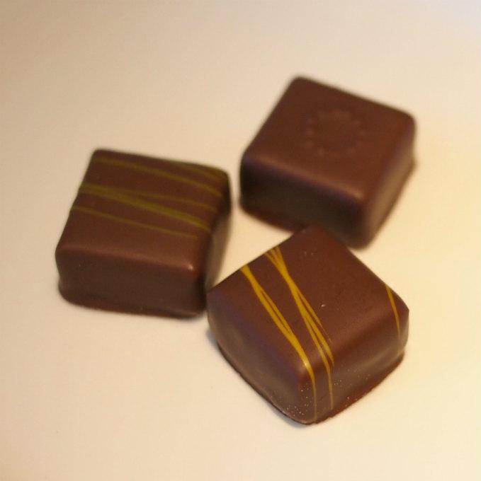 チョコレートプラリネは緑が山椒、黄色がジンジャー、丸い模様のは塩キャラメルでした。