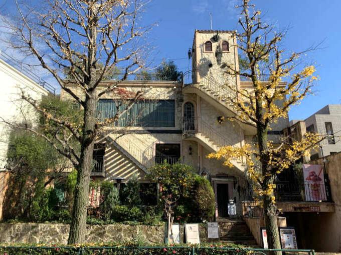 南ヨーロッパの古城っぽい外観です。オランジェリーをイメージしているからオレンジの木があるのかな。ステラートはこの建物の3Fなので、右側にあるエレベーターから入ります。1Fと2Fは同じくグローバルダイニング系列のレストラン「ラ・ボエム」が入っています。