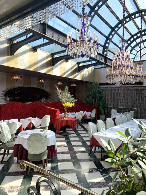 レストランの内観。天井はガラス張り、そして豪華にシャンデリアも吊るされていました。