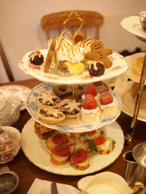 FESTIVE AFTERNOON TEA(フェスティブ アフタヌーンティー)3人分のケーキスタンド。この他スコーンとウェルカムドリンクと紅茶(2種類)がセットになっています。