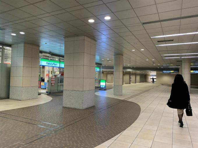 左側にファミリーマートのある道です。そのまままっすぐ進むと「コンラッド東京」の表示がなくなりますが、「東京汐留ビルディング」の表示はあります。コンラッド東京は東京汐留ビルディングの中に入っているので、その表示の通りにまっすぐ進みます。途中エスカレーターの下りと上りがありますが、ずっとまっすぐ進みます。