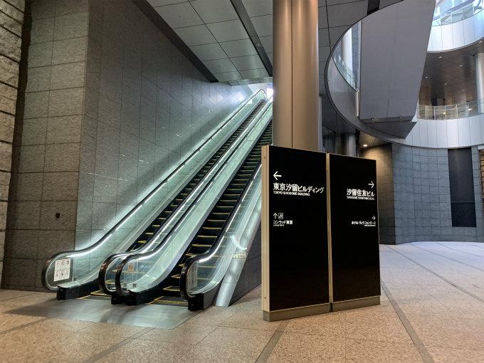 このエスカレーターを上ると左にコンラッド東京があります。