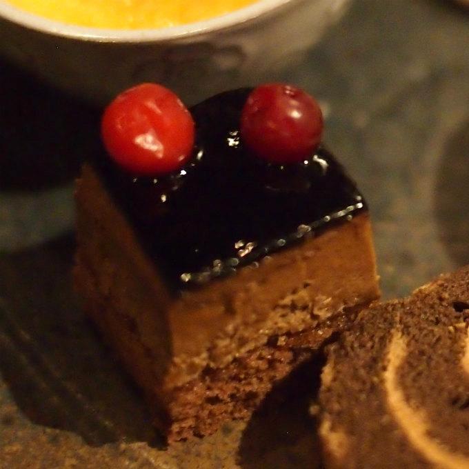 レアチョコレートケーキとクランベリー
