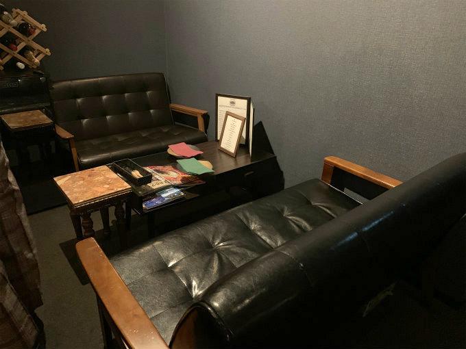 バー&ラウンジ八のソファ席