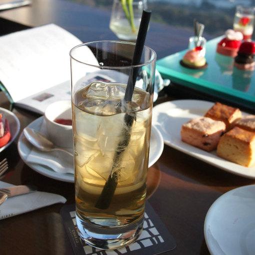 休日は茶葉の変更は不可ですが、ホットとアイスティーは自由に選べます。こちらはダージリンスプリングのアイスティー
