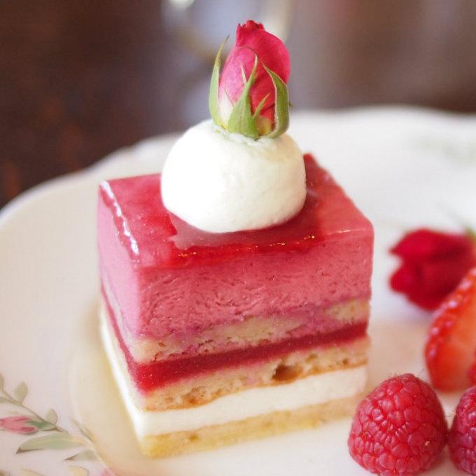 ブルガリアンロザライチフランボワーズムースとバラとライチのケーキです。