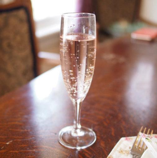 薔薇づくしのアフタヌーンティーセットにはブルガリアンローズのスパークリングウォーターのウェルカムドリンクがセットになっていました。