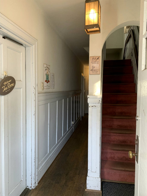 建物の右側にある入り口を入ると、左にティールームの入り口が、階段を上ると、テイクアウトのケーキショップと個室があります。