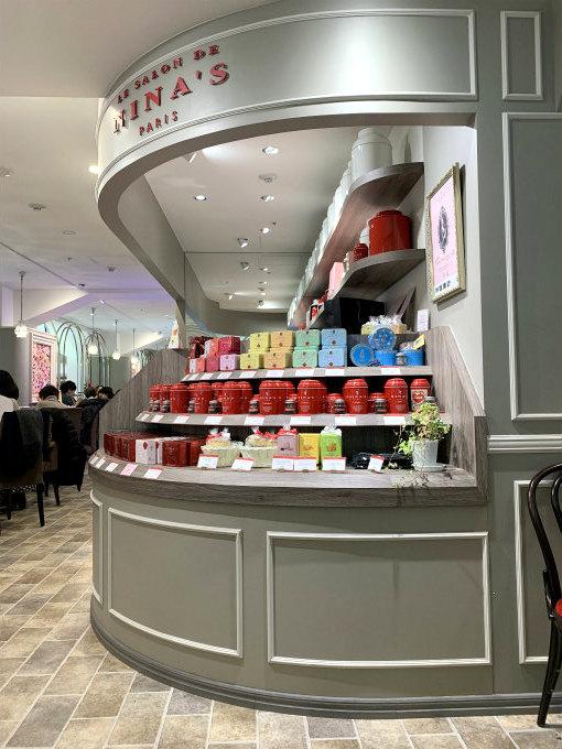 店頭では紅茶やお菓子も売っています。