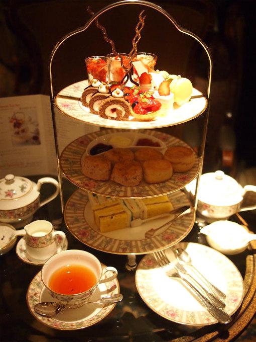 横浜ロイヤルパークホテル 「ロイヤルアスコット」のストロベリーアフタヌーンティー3人分のティースタンド