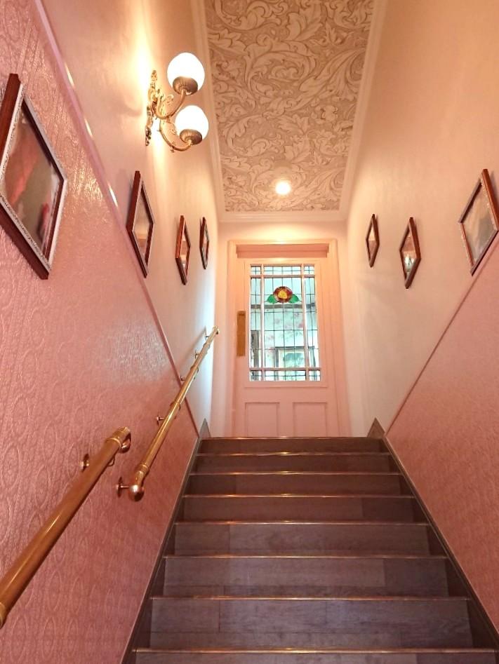 2Fにあるお店へあがる階段もラブリーな雰囲気