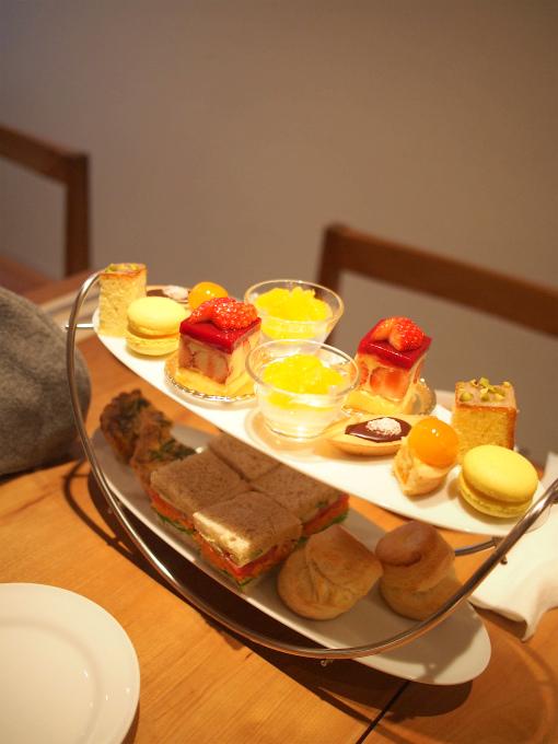 お茶とお菓子 まやんちののアフタヌーンティーのティースタンド。こちらは2人分です。