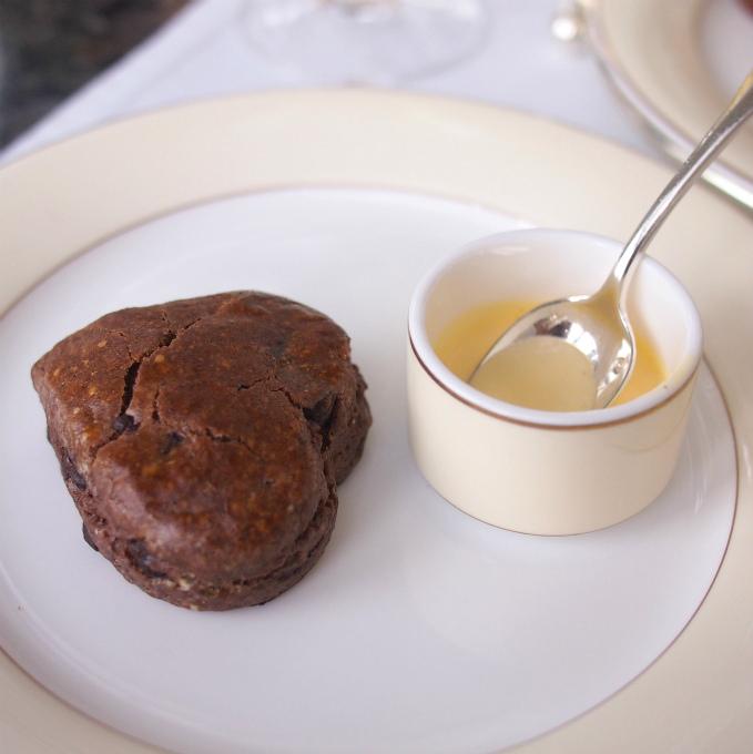 チョコレートスコーンはアングレーズソースでいただきました。