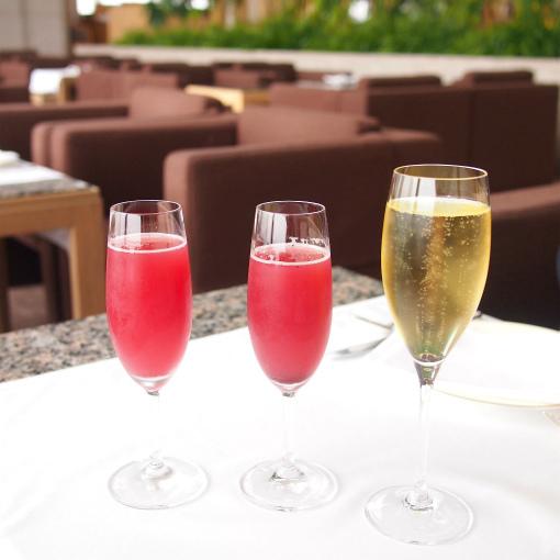 今回も一休で予約したのでウェルカムドリンクのサービス付き。赤いのはバレンタインアフタヌーン限定のノンアルコールカクテル。右はスパークリングワインです。
