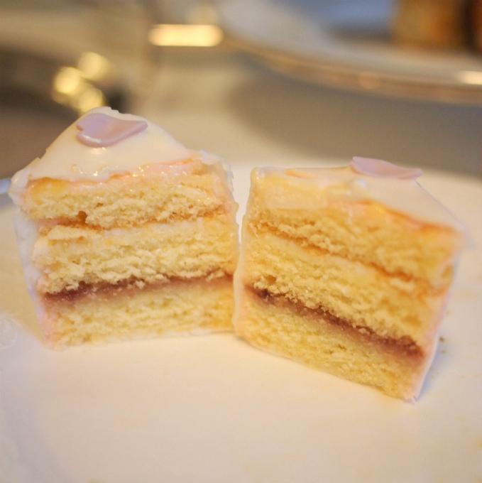 ホワイトファンシーケーキの中はこんな感じ。