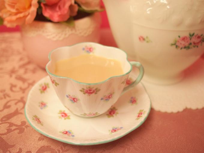 ヌワラエリヤの水色(すいしょく)は薄いけれど、渋みがしっかりあるのでミルクティーにも良く合います。