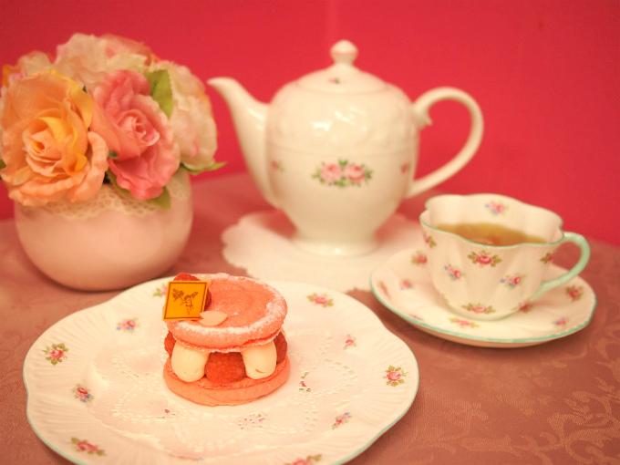フレデリック・カッセルのスイーツ「マカロナード サクラ」と紅茶