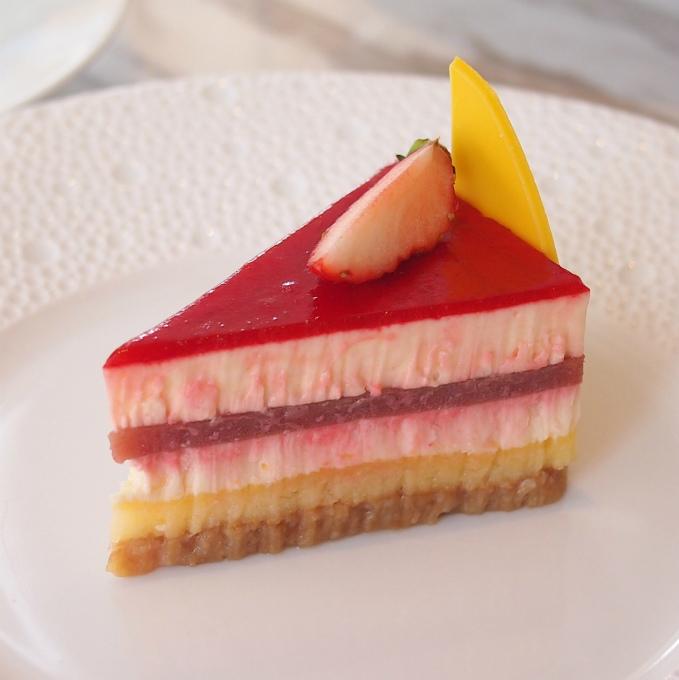 チーズケーキセレストパッションフルーツとルバーブとイチゴのチーズケーキ。こちらも前回のFestive Afternoon Teaでも提供されていたけど、今回は苺が上に乗っていました。