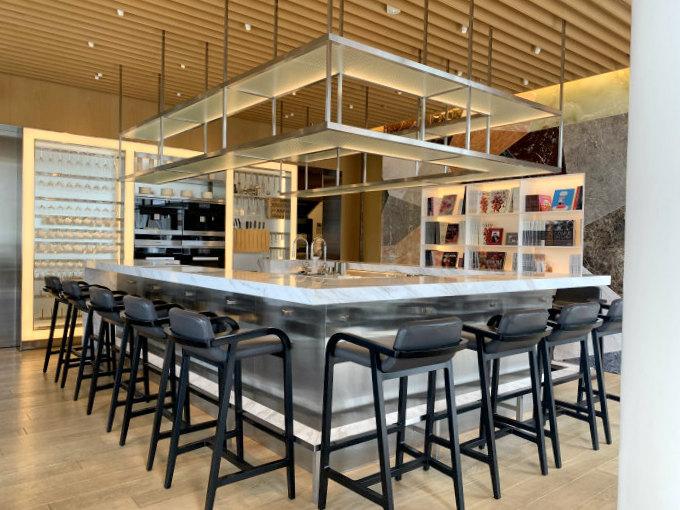 Heaven SALON DE THÉは中央にカウンター席その他大きなソファ席と2人用のテーブル席があります。