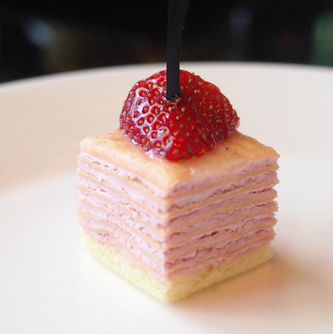 苺のミルクレープ刺さっているのはチョコレートかなと思ったら、プラスチックのスティックでした(笑)