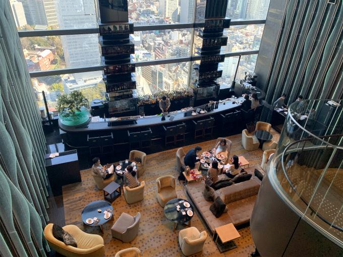 36Fのホテルのフロントから1階下がった35Fにあるレヴィータは吹き抜けになっていて開放感のあるラウンジ。