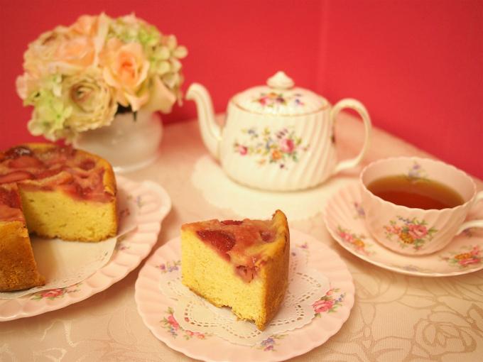 ベリーズティールームの「イチゴのアップサイドダウンケーキ」と紅茶