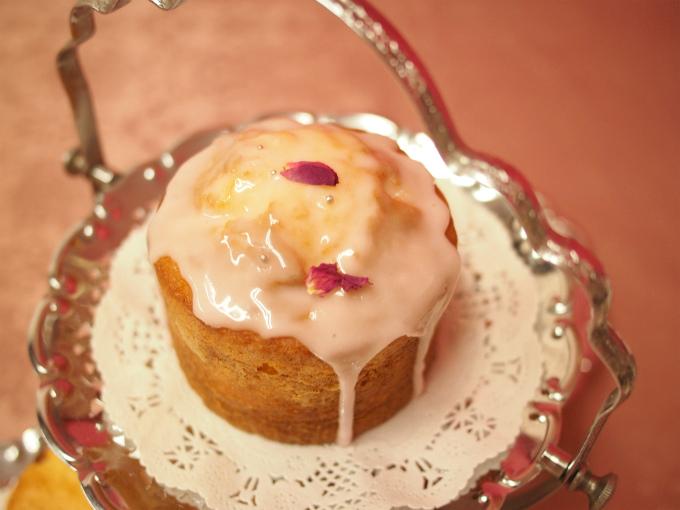 ティースタンドのトップにはレモンドリズルケーキ。レモン
