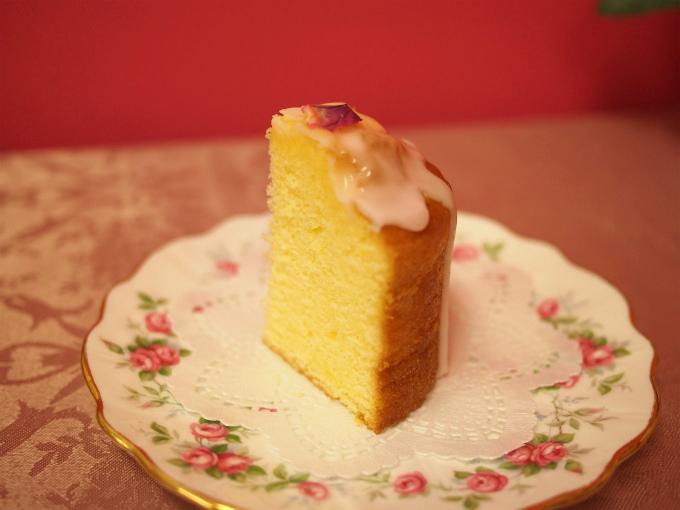 レモンドリズルケーキを1/4にカットしたところ。きめ細かい生地が確認できます。ほどよくしっとりして、レモンの風味が効いていて爽やかなケーキでした。